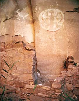 Petroglyphs are part of archaeological vacations in Arizona.