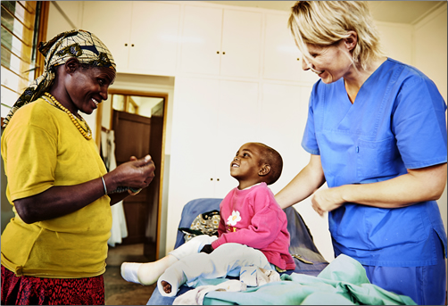 Tanzania-Volunteer-Doctor-with-Clubfeet-Patient-and-Mother